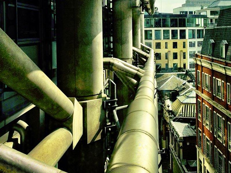 Photo de tuyaux fluides sur le toit d'un immeuble pour la société eïkos, bet fluide de Aw-eck