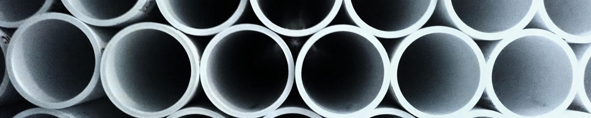 Photos de tuyaux sur un chantier, en prévision de l'apport des fluides, compétence de eïkos, le bureau d'étude fluide de Aw-eck.
