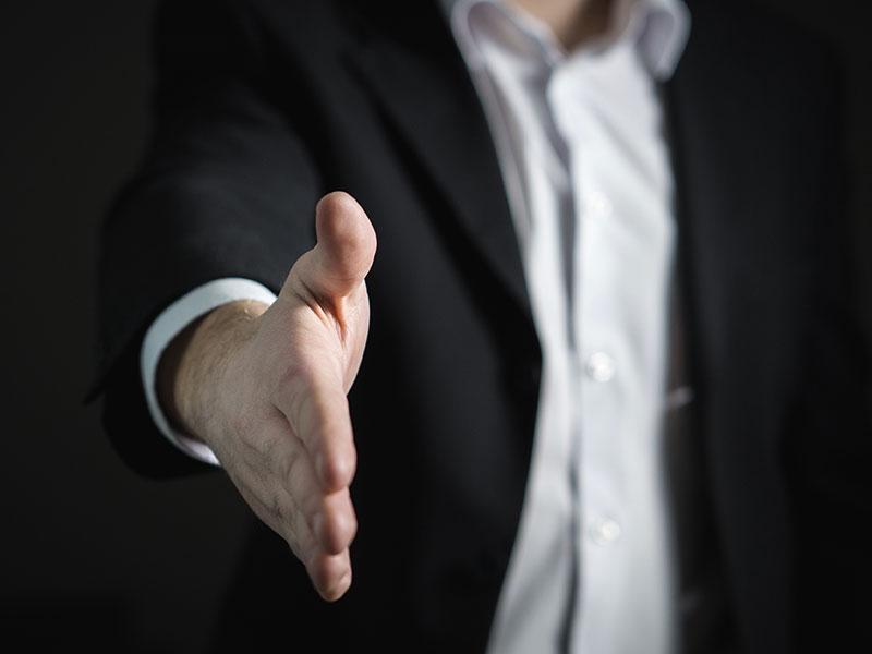 Photo d'une main tendue masculine, illustration de la phase rendu de projet dans le management de projet de cetis-mp, management de projet dans la construction, groupe Aw-eck