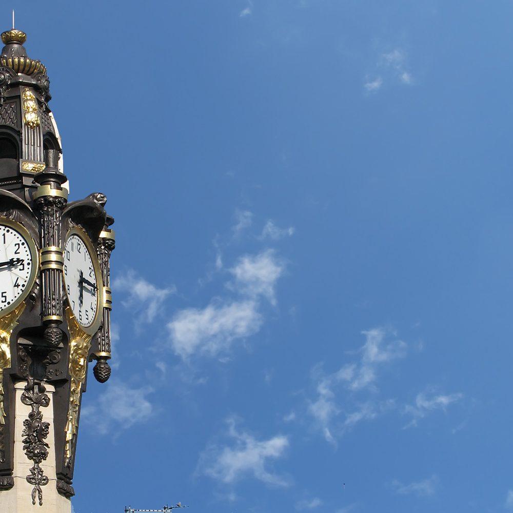 Photo de l'horloge de Tassin la demi Lune où le projet de logements neufs le Seventy est en cours de réalisation. Projet aw-eck comme économie de projet