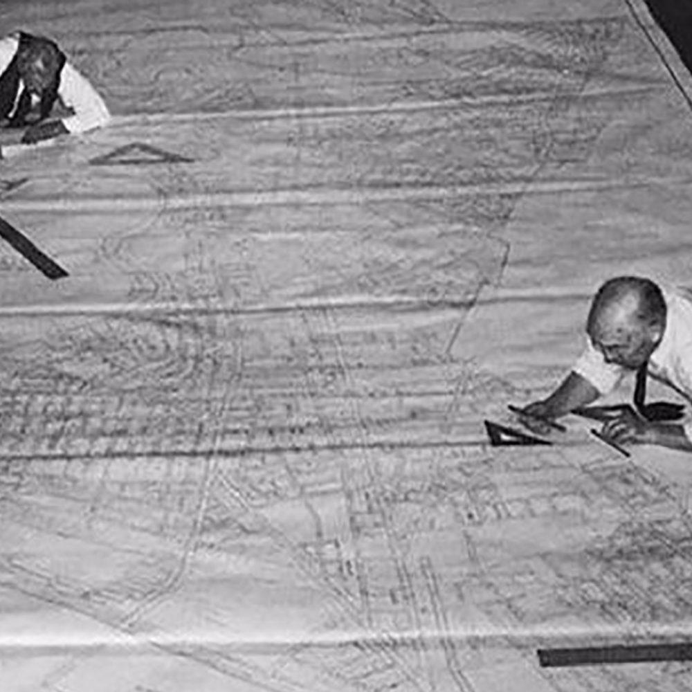 Photo des ingénieurs dessinateurs avant autoCAD sur un gros projet
